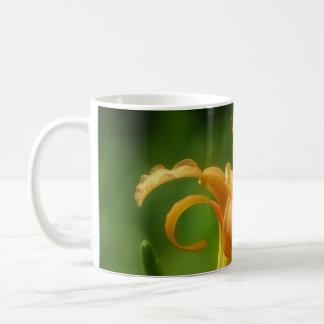 Hemerocallis cor-de-rosa da imagem caneca de café