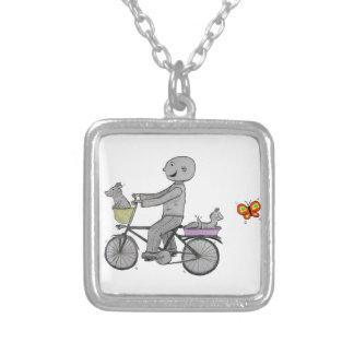 Herbert feliz que monta sua bicicleta colares personalizados