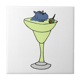 Hipopótamo azul que senta-se na bebida de Martini