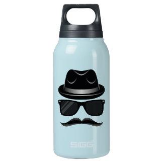 Hipster legal com bigode, chapéu e óculos de sol garrafa de água térmica