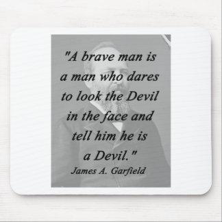 Homem bravo - James Garfield Mouse Pad