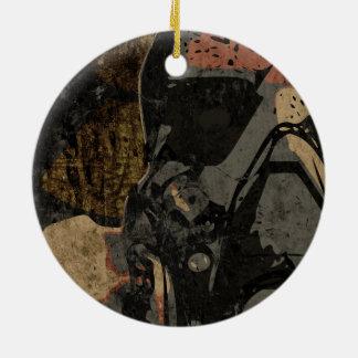 Homem com máscara protetora na placa de metal ornamento de cerâmica redondo