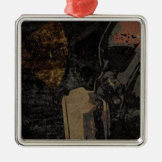 Homem com máscara protetora na placa de metal ornamento quadrado cor prata