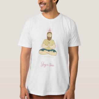 Homem da meditação da ioga com barba camiseta