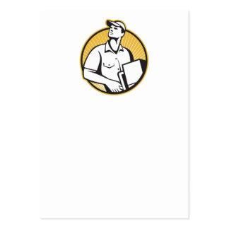Homem de entrega que empurra a zorra com a caixa r cartões de visitas