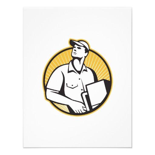 Homem de entrega que empurra a zorra com a caixa r convites personalizados