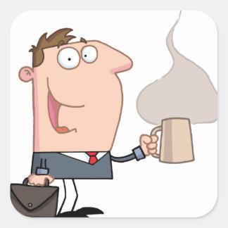 Homem de negócio com uma chávena de café adesivo quadrado
