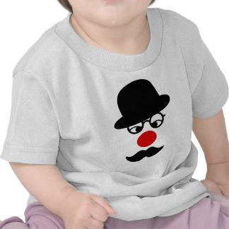 Homem do bigode com o nariz do chapéu e do palhaço t-shirt
