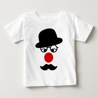 Homem do bigode com o nariz do chapéu e do palhaço tshirt