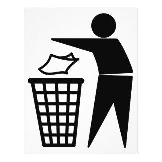 Homem do lixo que despeja o lixo de papel panfletos
