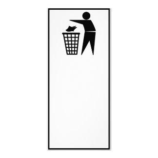 Homem do lixo que despeja o lixo de papel panfletos informativos