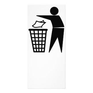 Homem do lixo que despeja o lixo de papel panfleto informativo
