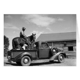 Homem em um cavalo com um cão em um caminhão cartão