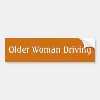 homem mais idoso/mulher que conduz o autocolante