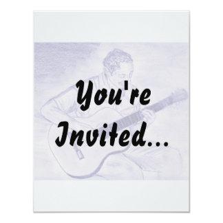 Homem que joga a guitarra acústica ao sentar o convite 10.79 x 13.97cm