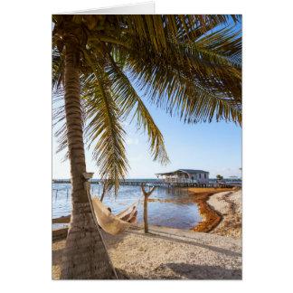 Homem que relaxa em um Hammock sob a palmeira, Cartão Comemorativo