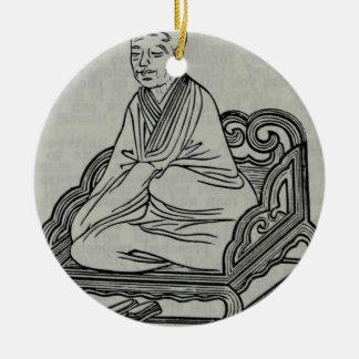 Homem que senta-se na pose da meditação ornamento de cerâmica