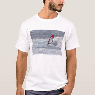 Homem que windsurfing na frente da onda camiseta