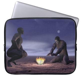Homo erectus e fogo - 3D rendem Sleeve Para Notebook