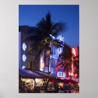 Hotel de néon na noite, movimentação do oceano, Mi Impressão
