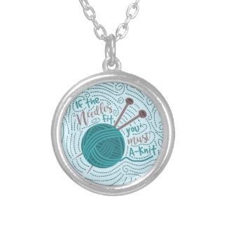 Humor de confecção de malhas engraçado das agulhas colar banhado a prata