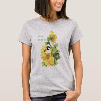 Humor do alimentador do pássaro com o Chickadee em Camiseta