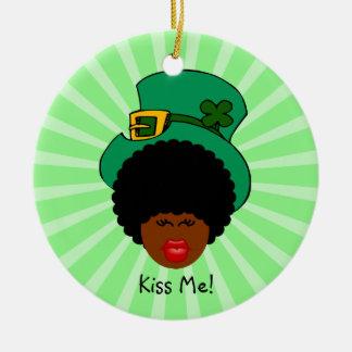 Humor do dia de St Patrick: Beije-me. Eu sou Ornamento De Cerâmica Redondo