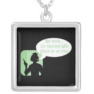 Humor engraçado da enfermeira colar com pendente quadrado
