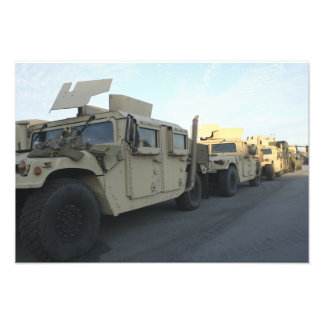 Humvees senta-se no cais na cidade de Morehead Fotografias