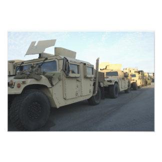 Humvees senta-se no cais na cidade de Morehead Impressão De Foto