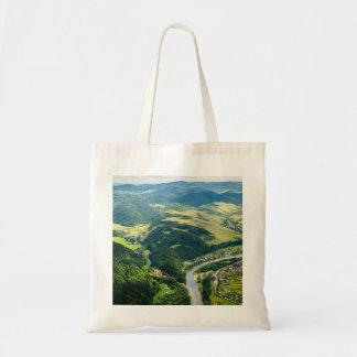 Ideia aérea da paisagem das colinas com rio bolsa tote