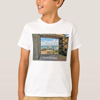 Ideia dos estares abertos ao porto com navio de tshirts