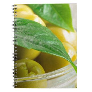Ideia macro das azeitonas com folhas verdes caderno