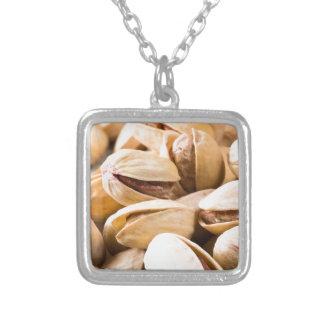 Ideia macro do fim-acima de um grupo de pistachio colar banhado a prata
