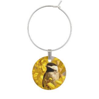Identificador De Taças Pássaro do Chickadee com encanto amarelo do vinho