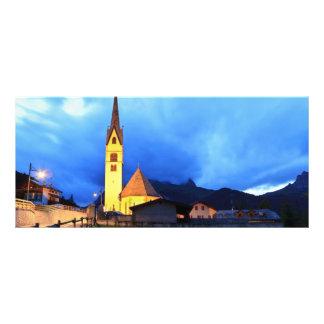 igreja alpina na noite panfleto personalizado