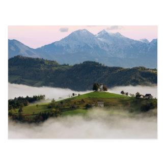 Igreja de St Thomas com as montanhas no cartão de