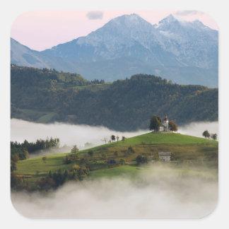 Igreja de St Thomas e montanhas, etiqueta de