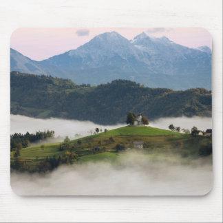 Igreja de Thomas e montanhas, mousepad de Slovenia