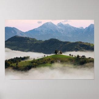 Igreja e montanhas de St Thomas no poster de