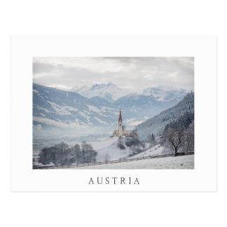 Igreja em Zillertal no cartão do branco do inverno