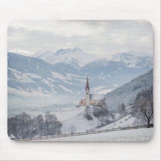 Igreja em Zillertal no mousepad do inverno