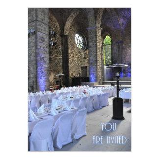 Igreja gótico velha do convite do casamento