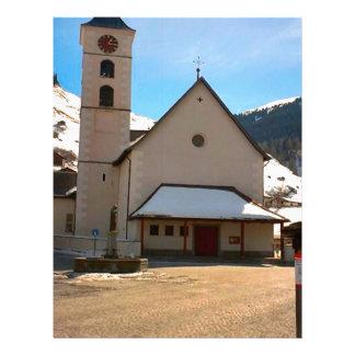 Igreja moderna nas montanhas suíças modelo de papel de carta