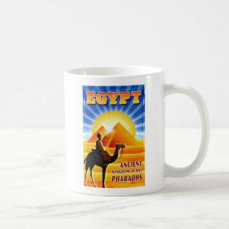 Ilustração das viagens vintage das pirâmides de caneca de café