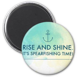 Imã A elevação e brilha-o é tempo de Spearfishing