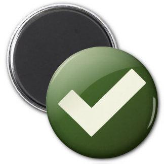 Imã A marca de verificação verde escreve o símbolo