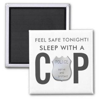 Imã a polícia engraçada segura da bobina da sensação