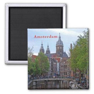 Imã Amsterdão. Canal e igreja do santo Nicholas.