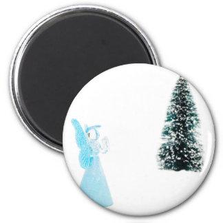 Imã Anjo de vidro azul que praying perto da árvore de